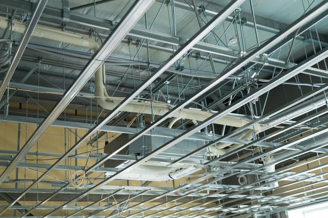 軽量天井とは?ニーズの背景・組み方・各メーカーの製品をご紹介!